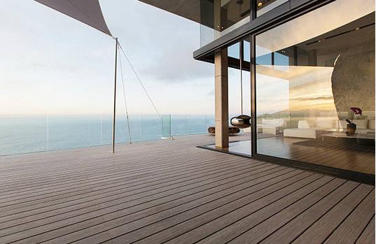 Aménager une terrasse pour sa maison en bois