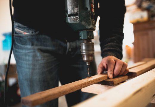 Comment coller des plinthes bois ?